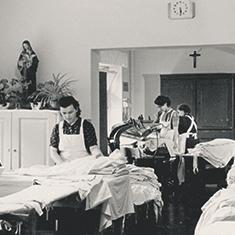 images/Galerien/05-Unternehmen/05-Geschichte/Geschichte-1965-Schwesternhelferinnen-Plaetterei_235x235.jpg