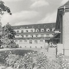 images/Galerien/05-Unternehmen/05-Geschichte/Geschichte-1967-Innenhof_235x235.jpg