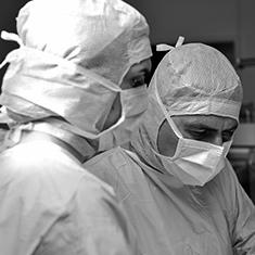 images/Galerien/05-Unternehmen/05-Geschichte/Geschichte-2006-Chirurgie-OP-Chefarzt-Knoll_235x235.jpg